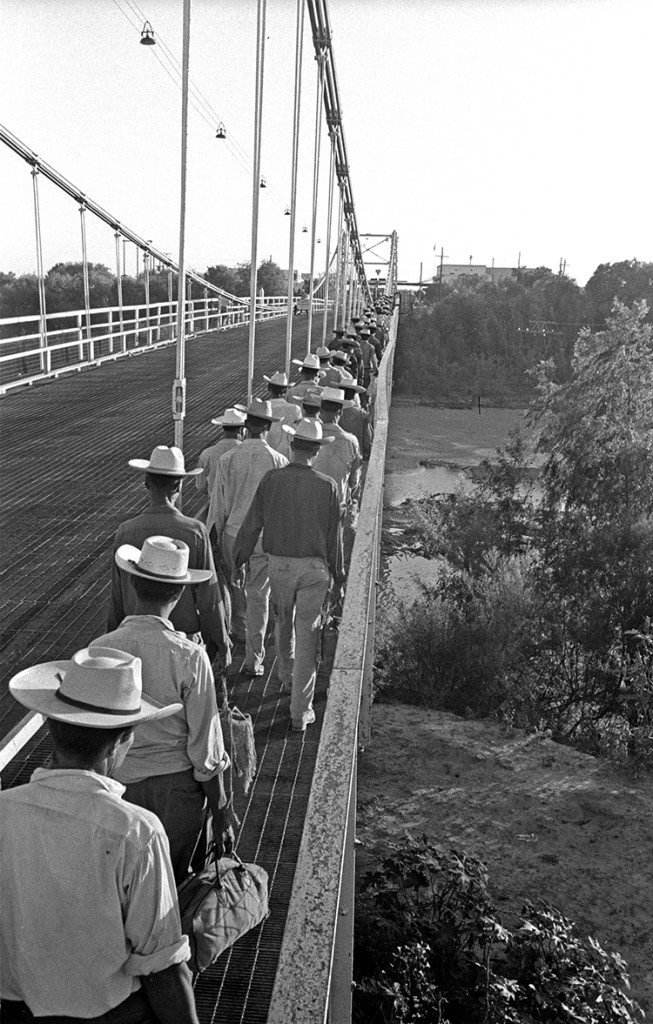 Braceros cross the Mexico-U.S. border while walking over the bridge from Reynosa, Mexico to Hidalgo, Texas. Photo: Leonard Nadel